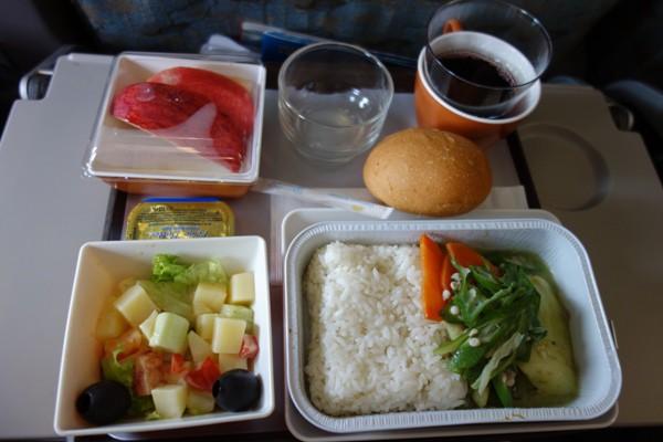 東南アジア感あふれるライスの機内食