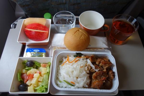 ベトナム感あふれるヌードルの機内食