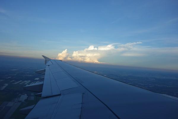 夏らしさ満点の入道雲がそびえたつ景色