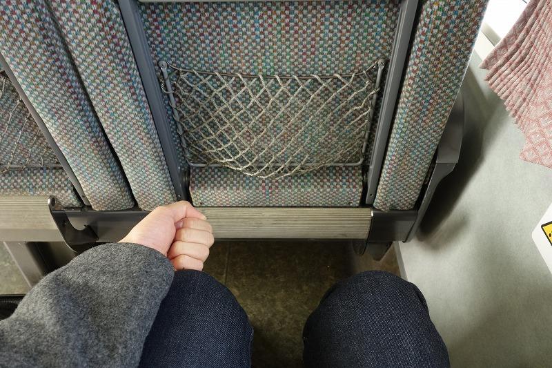 383系特急しなのの座席の足元の広さ