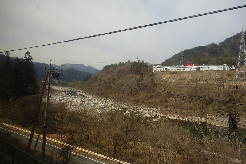 線路に沿うように流れる木曽川