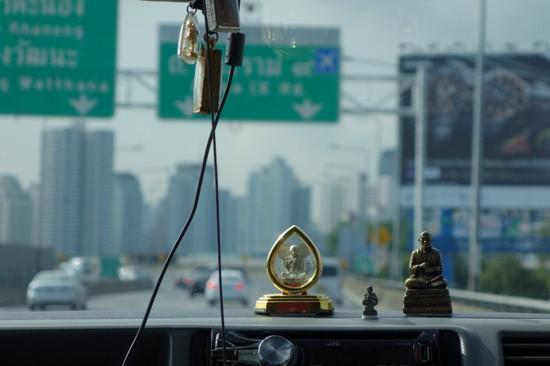 バンコクの空港送迎車車内にて