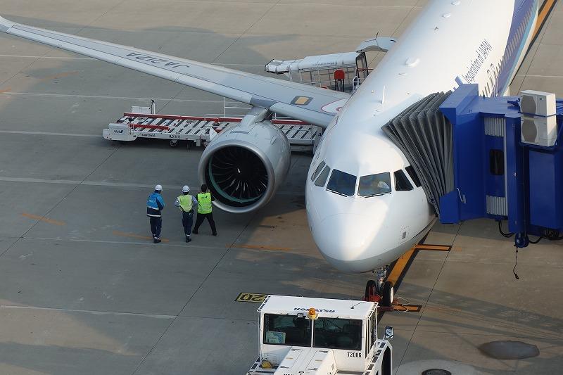 A320neoのエンジンを念入りにチェックする整備士とパイロット