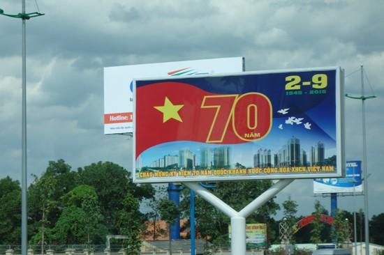 ベトナム建国70周年記念の看板