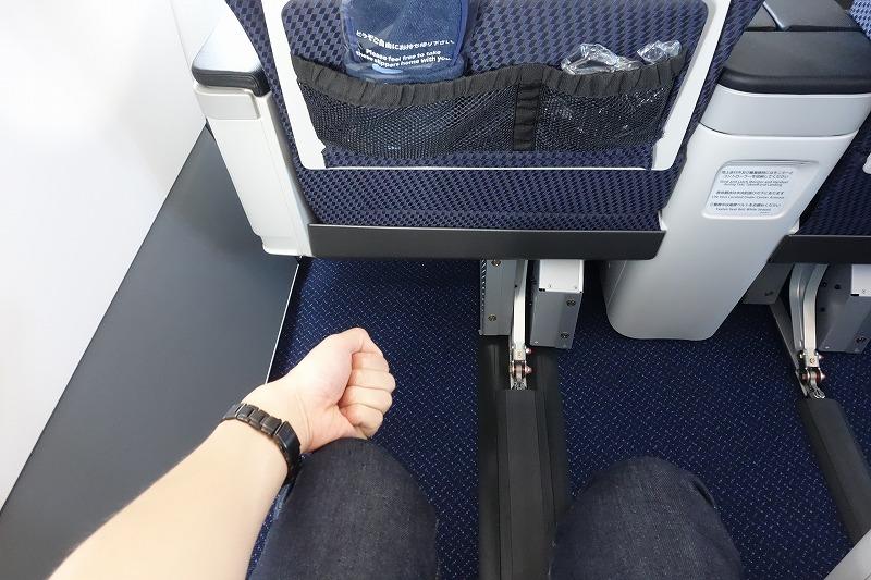 ANAのA320neoのビジネスクラスの足元の広さ(握りこぶしにて比較)