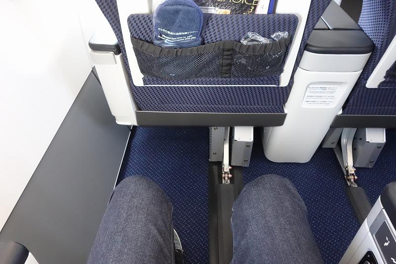 ANAのA320neoのビジネスクラスの足元の広さ