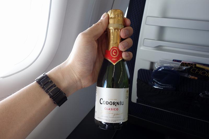 プレミアムクラスにて提供されたスパークリングワイン