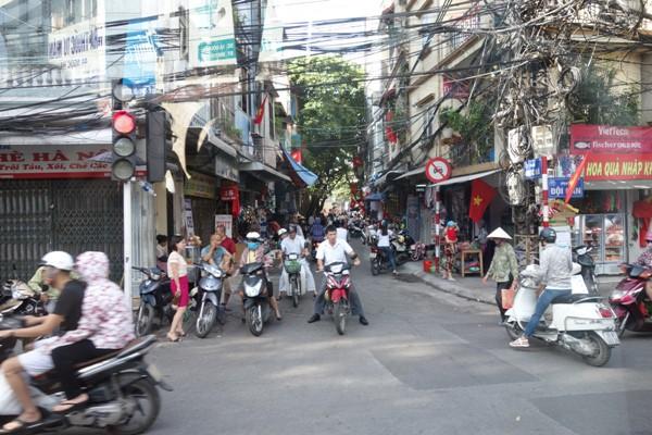 原付バイクで賑わうベトナムの通勤・通学ラッシュ