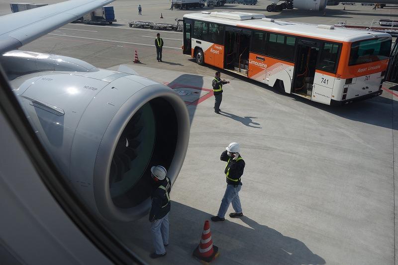 成田空港到着後の整備士によるエンジンチェック