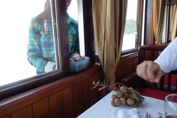 ハロン湾クルーズ中の果物等の船上販売