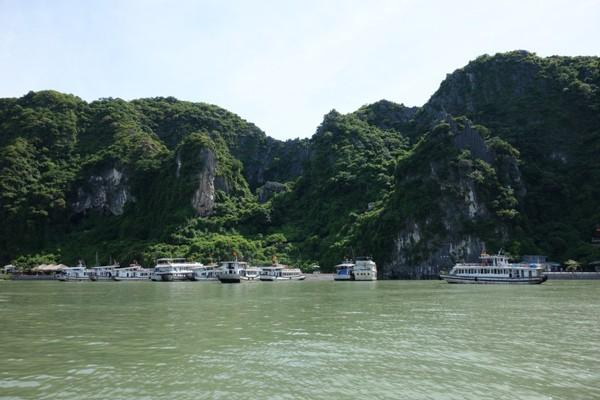 鍾乳洞がある島と港