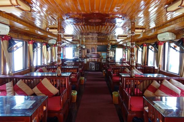 木材を多用したハロン湾クルーズ専用船の船内