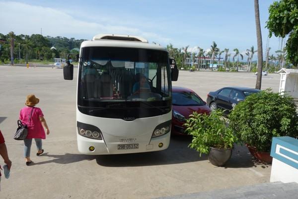 ハロン湾クルーズツアーで乗車した日本人専用のツアーバス