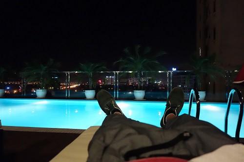 ホテルの屋上プールでのひととき