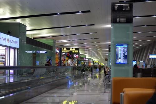 免税店が立ち並ぶ、ハノイ・ノイバイ国際空港の出発ロビー