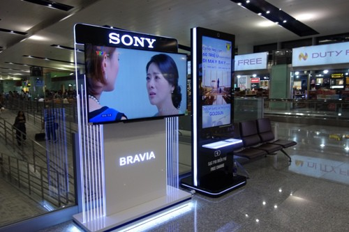 ノイバイ国際空港内に設置されたSONYの液晶テレビ