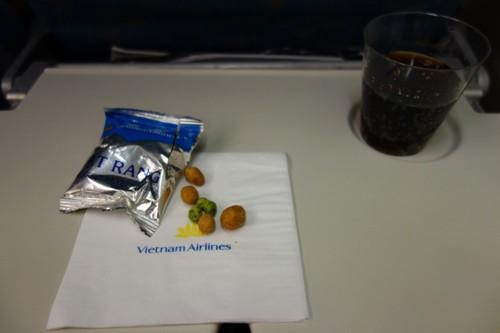 真夜中の離陸後30分後に提供されたおつまみと飲み物