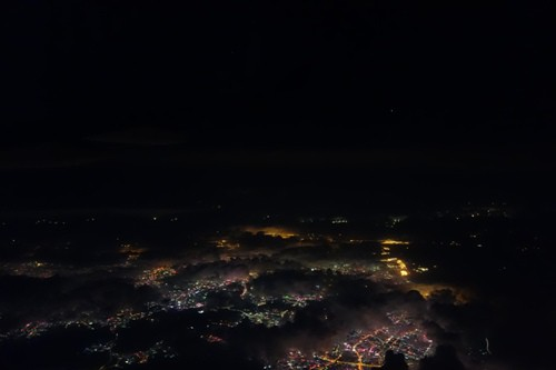 上空から見えた香港付近の夜景