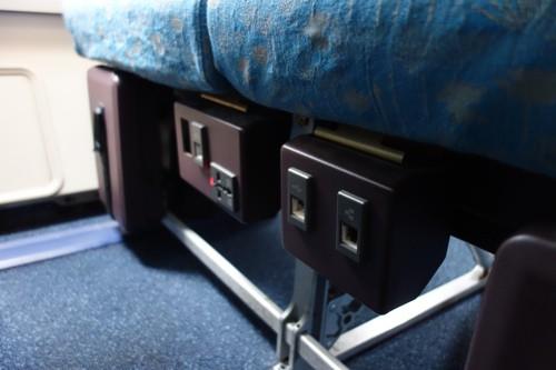 ベトナム航空のA330型機のエコノミークラスの座席に設置された個人用電源