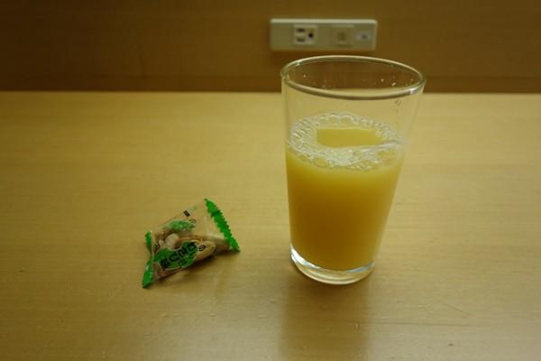 ラウンジ内でいただいたオレンジジュースとおつまみ