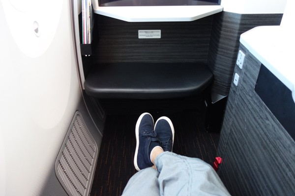 JAL SKY SUITE787のビジネスクラスの足元の広さ
