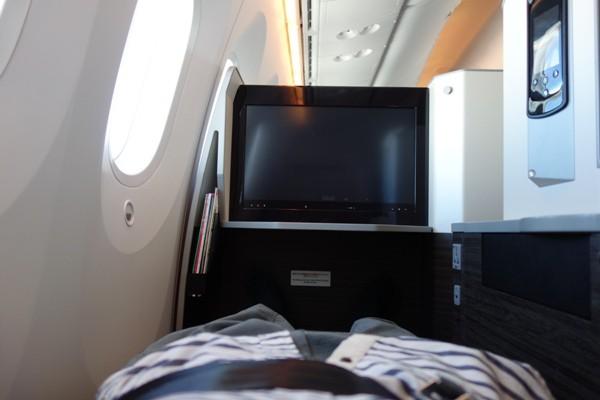 JAL SKY SUITE787のビジネスクラスのフルフラット時の様子
