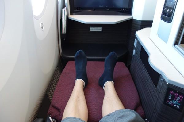 JAL SKY SUITE787のビジネスクラスの足元の広さ(フルフラット時)