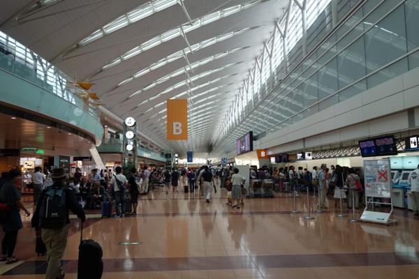 平日にもかかわらず混雑する羽田空港第2ターミナル