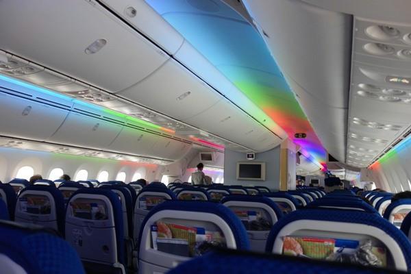 レインボー照明時のB787の機内