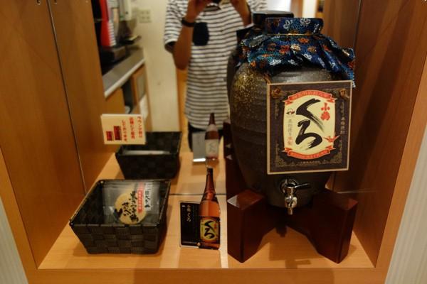 サクララウンジに設置された鹿児島特産の芋焼酎「小鶴くろ」