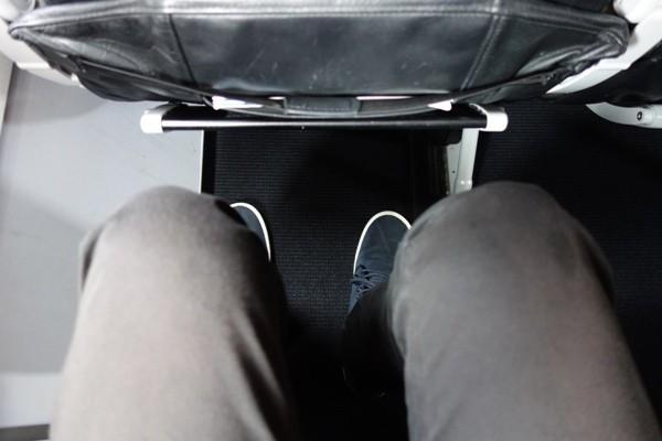 スターフライヤーの広々とした座席の足元の広さ