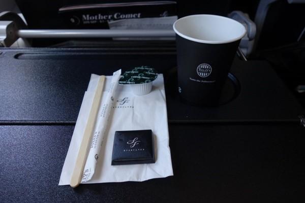 スターフライヤー機内で提供されたタリーズコーヒーとチョコレート