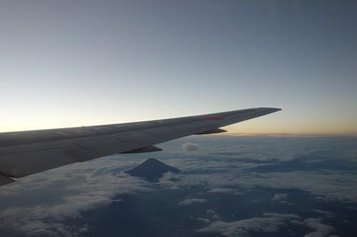 夕暮れの空と上空から見える富士山