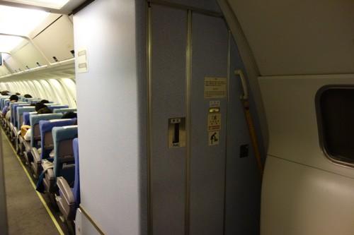 機体最後部のトイレ