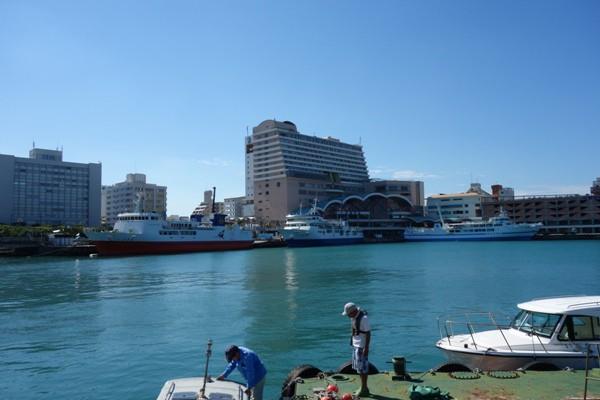 沖縄本島のフェリー発着の場である那覇・泊港
