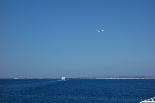 那覇空港を離陸する飛行機を船上から撮影した様子