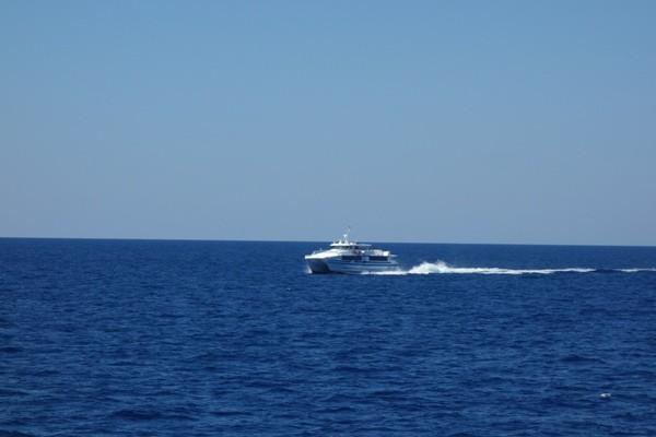 海上を高速で疾走するマリンライナーとかしき