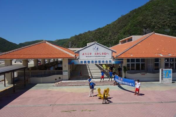 フェリーの入港を歓迎する島民と渡嘉敷港の外観