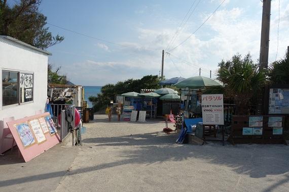 ビーチ入り口に店を構えるビーチ関連用品のレンタル屋さん