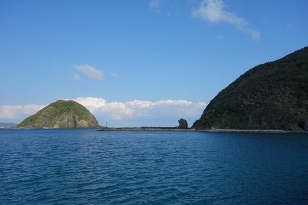 渡嘉敷港からの海と岸壁の眺め