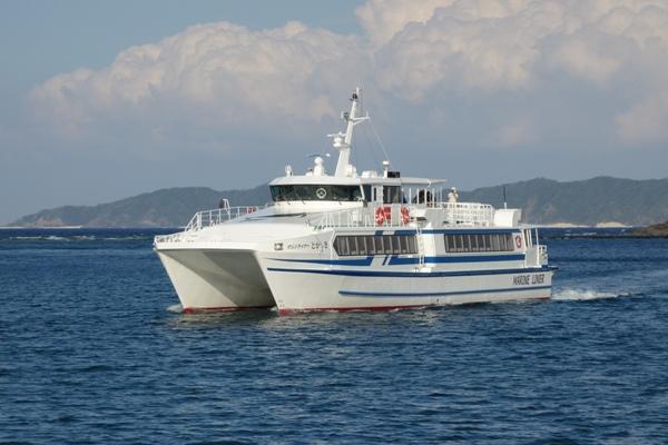双胴船タイプの高速船マリンライナーとかしきの外観