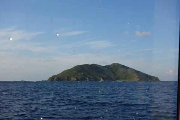航行中に見えた沖縄本島沖の島