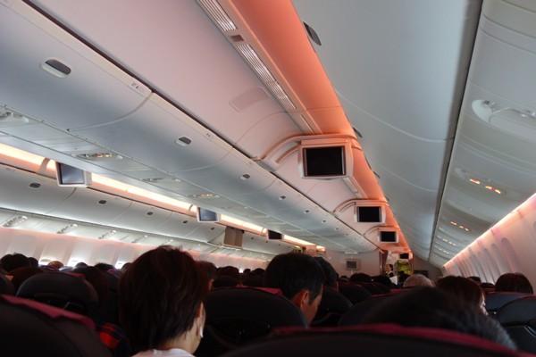満席の那覇便の機内の様子