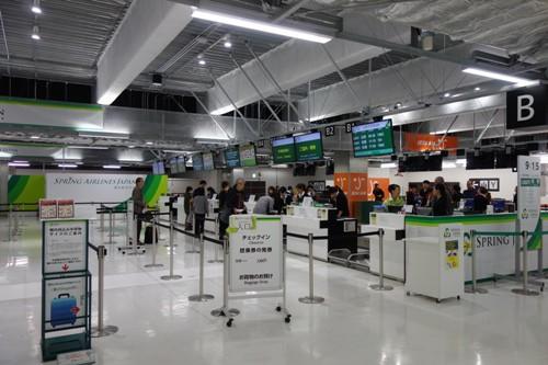 成田空港第3ターミナルの春秋航空日本のチェックインカウンター