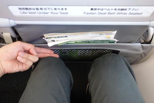 春秋航空日本のB737-800型機の指2本分の足元の広さ