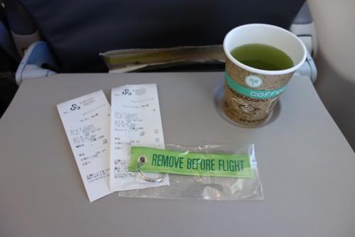 機内販売で購入したお茶とタグ