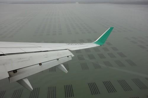 有明海苔の養殖場を望みながらの佐賀空港へのサークリングアプローチ中の様子