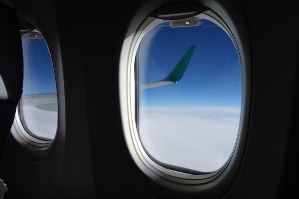 丸い窓と外の景色