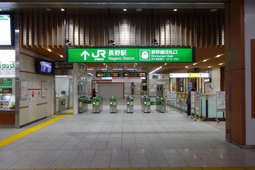 人が誰も居ない早朝の長野駅新幹線改札口