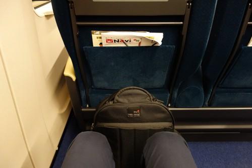 普通席と変わらないE7系グリーン車の足元の広さ
